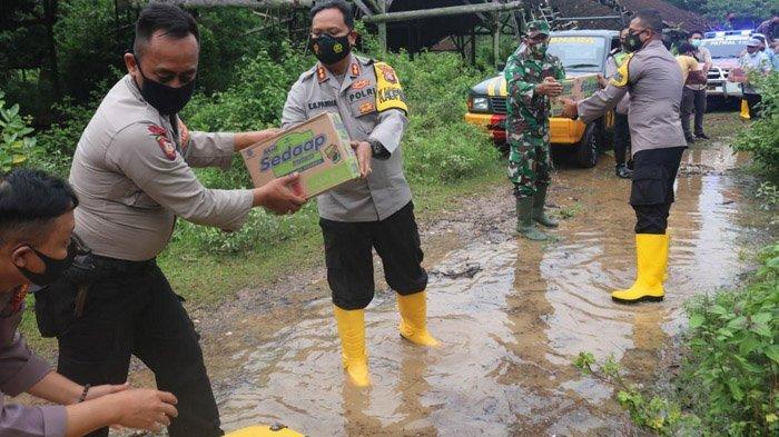 Wujud Bojonegoro ASTUTI, Kapolres AKBP Eva Guna Pandia Serahkan Bantuan Sembako pada Korban Banjir