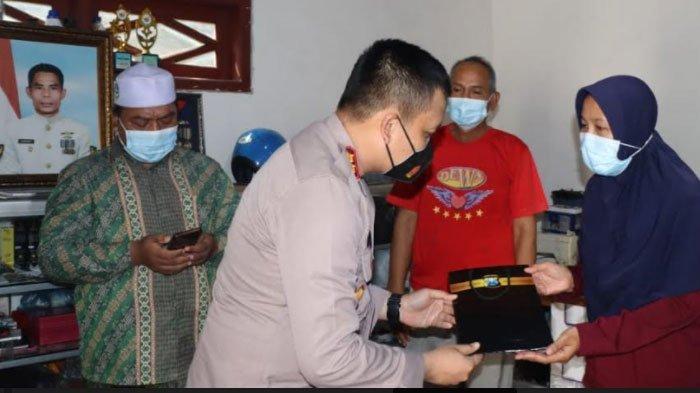 Sampaikan Duka, Kapolres Gresik Beri Santunan dan Kunjungi Lima Istri Prajurit KRI Nanggala-402