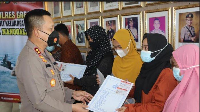 Kapolres Gresik Berikan SIM dan Fasilitas Kepolisian kepada Keluarga Korban KRI Nanggala 402