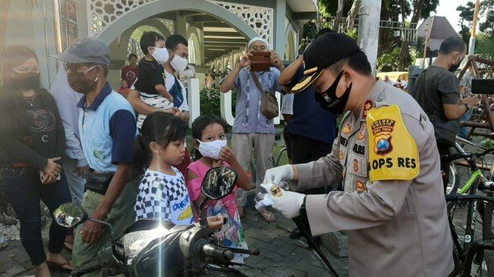 Polisi Bagi-bagi 10 Ribu Masker Gratis ke Warga Gresik, Kapolres: Beri Kesadaran Pakai Masker