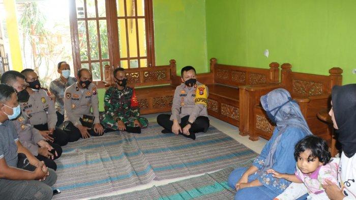 Kunjungi Keluarga Awak KRI Nanggala-402, Kapolres Gresik : SIM, STNK dan Surat Kepolisian Kami Bantu
