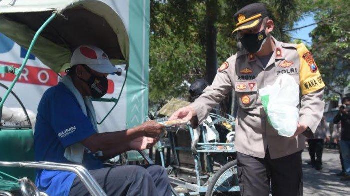 Kapolres Lamongan Kampanye Prokes dan Gelontor 100 Paket Sembako untuk Tukang Becak
