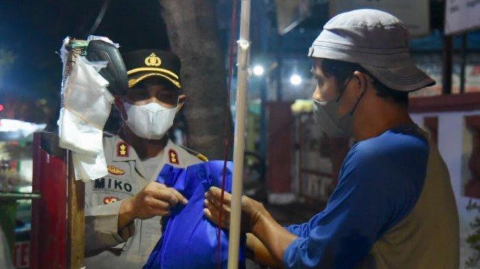 Gelar Operasi Yustisi PPKM Level 4, Petugas Gabungan di Lamongan Bagi-bagi Sembako