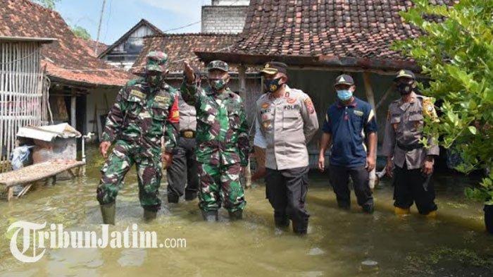 Tim Dokkes Polres Lamongan Bantu Pengobatan Gratis Korban Banjir, Ditinjau Langsung Kapolres Miko