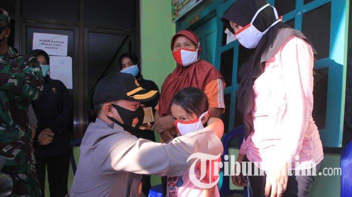 Dukung Gerakan Jatim Bermasker, Bupati dan Kapolres Madiun Bagikan Ribuan Masker Merah Putih