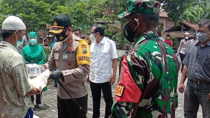 Kapolres Nganjuk Keliling Desa Cek PPKM Mikro, Bagikan Sembako untuk Warga yang Sembuh Covid-19