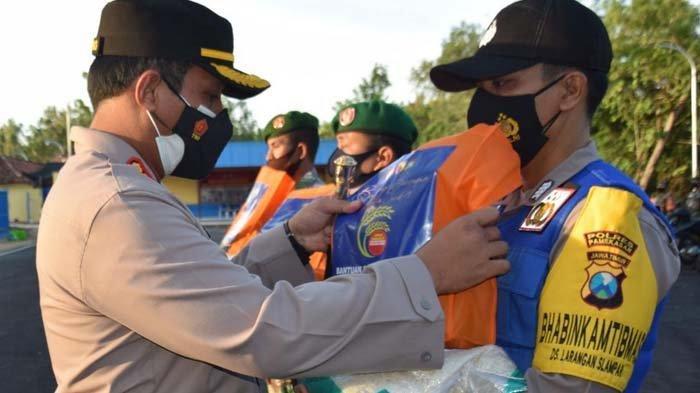 Kapolri Berikan Bantuan 5.000 Kg Beras pada Warga Pamekasan yang Terdampak PPKM Darurat