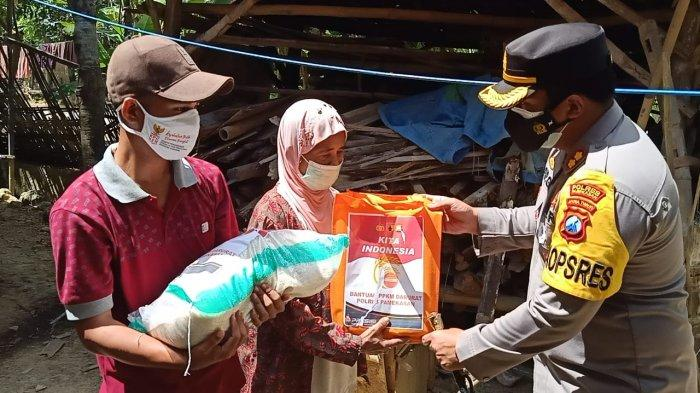 Kapolres Pamekasan Bagi Sembako ke Masyarakat, Selama PPKM Darurat Warga Akan Dapat Ribuan Paket