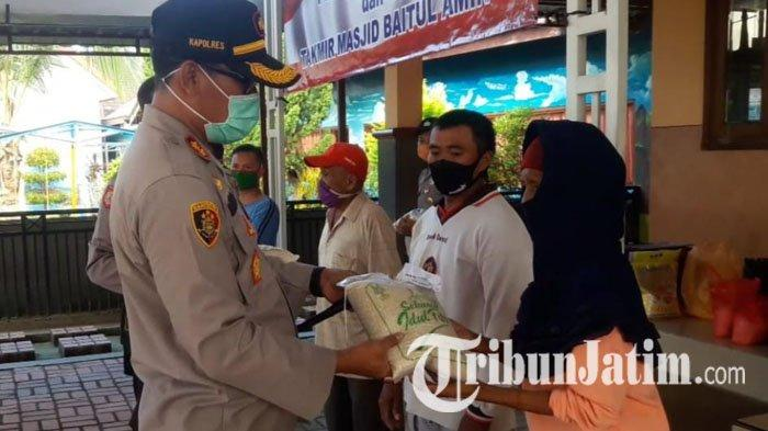 Kapolres Pamekasan Serahkan 450 Kg Zakat Fitrah pada Tukang Becak, Yatim Piatu hingga Fakir Miskin