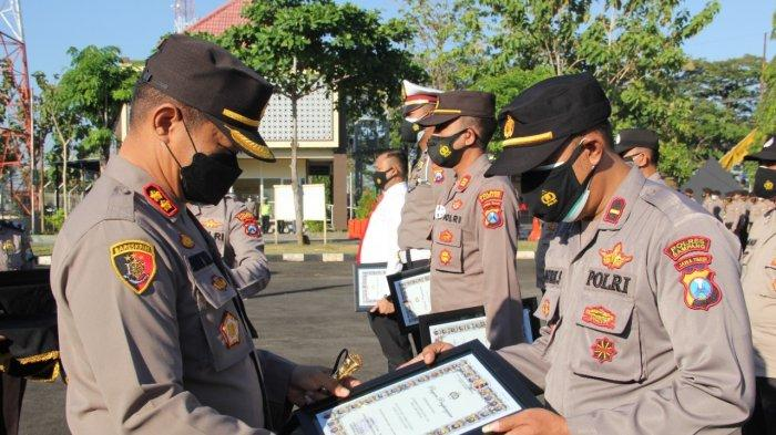 Puluhan Anggota Polres Sampang Terima Reward dari Polda Jatim