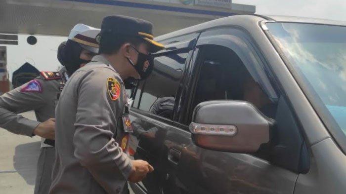 PPKM Darurat di Mojokerto, Polisi Putar Balik Puluhan Kendaraan di Gerbang Exit Tol Penompo