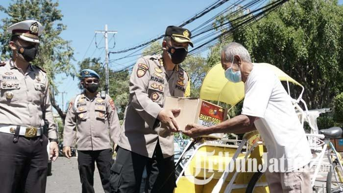Polisi Berkeliling Bagi-bagikan Paket Sembako untuk Tukang Becak hingga PKL di Sidoarjo