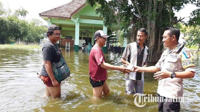 Banjir di Gresik Mencapai Ketinggian Paha Orang Dewasa, Bantuan Makanan Korban Banjir Terisolir