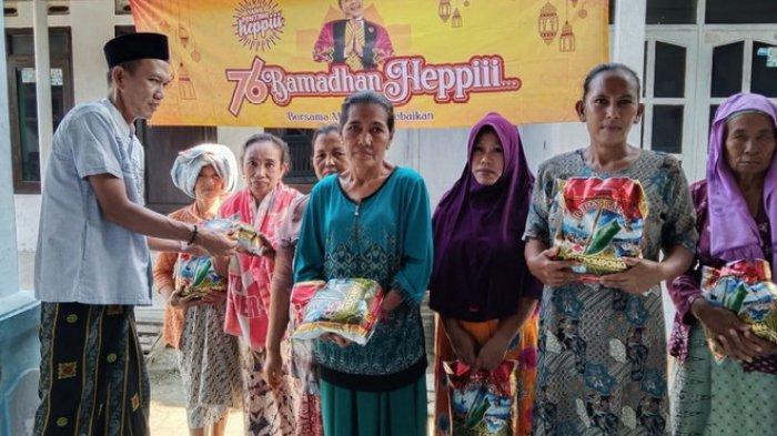 Usai Santuni Anak Yatim, Karang Taruna Desa Kali Buntu Ajak Janda Lansia Piknik ke Alun-alun