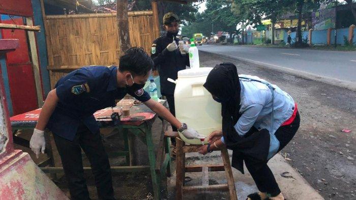 Karang Taruna Patriot Probolinggo Bangun 2 Chek Point, Warga Wajib Cuci Tangan Sebelum Masuk Desa
