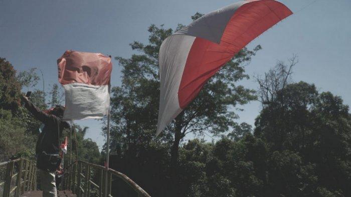 Promosikan Desa Wisata, Karta Sukapura Probolinggo Kibarkan Bendera Raksasa di Tebing Setinggi 120 M