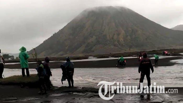 Gunung Bromo Semburkan Abu Tipis, Kepala PVMBG Minta Wisatawan Tak Dekati Kawah Aktif Radius 1 Km