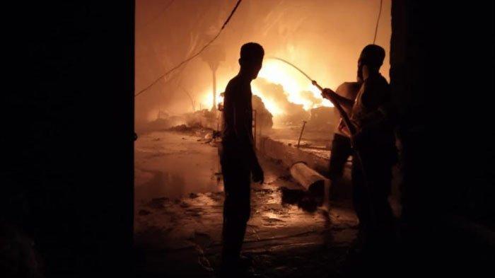 Kebakaran Hebat Hanguskan Pabrik Tekstik di Driyorejo Gresik, Karyawan Panik Selamatkan Diri