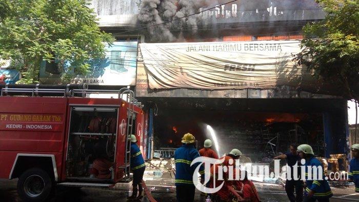 Kebakaran Toko Aneka Ria Meluas, Sambar Dua Ruko di Sebelahnya