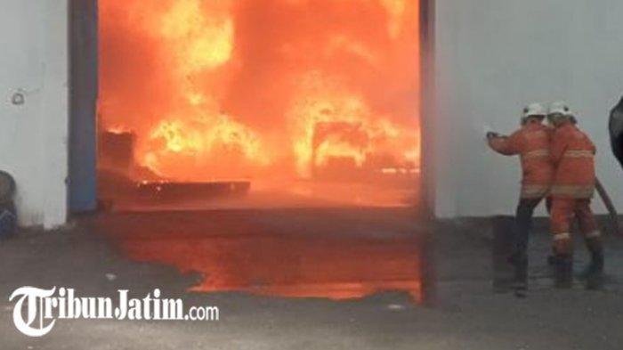 Hampir 1 Jam Api Melalap Gudang Onderdil Motor di Surabaya, Karyawan Sempat Dengar Ledakan Keras