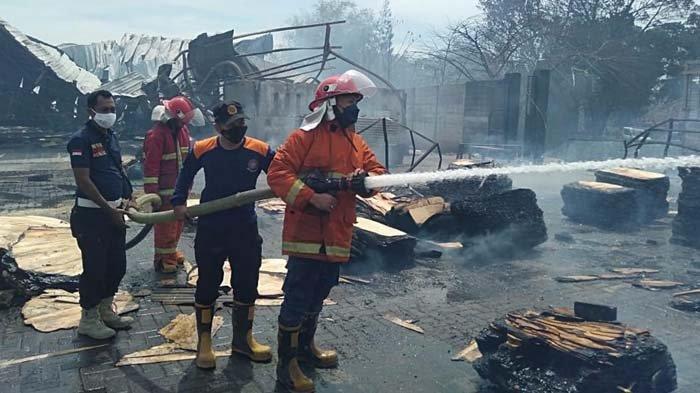 Pabrik Kayu Kota Probolinggo Dilanda Kebakaran, Tumpukan Serbuk yang Keluarkan Api Diduga Jadi Sebab
