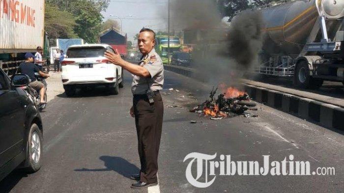 Kecelakaan Beruntun Terjadi di Jalan Raya Surabaya-Malang, Satu Motor Ludes Terbakar