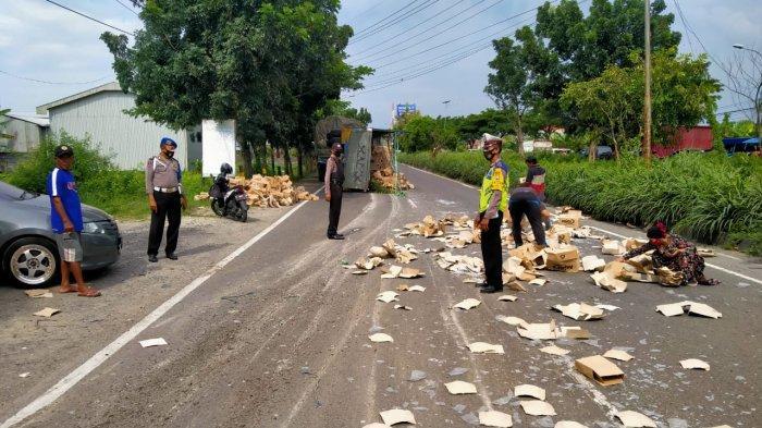 Pengemudi Ngantuk, Truk Gandeng Oleng Tabrak Minibus, Ribuan Piring Tumpah ke Jalan di Lamongan