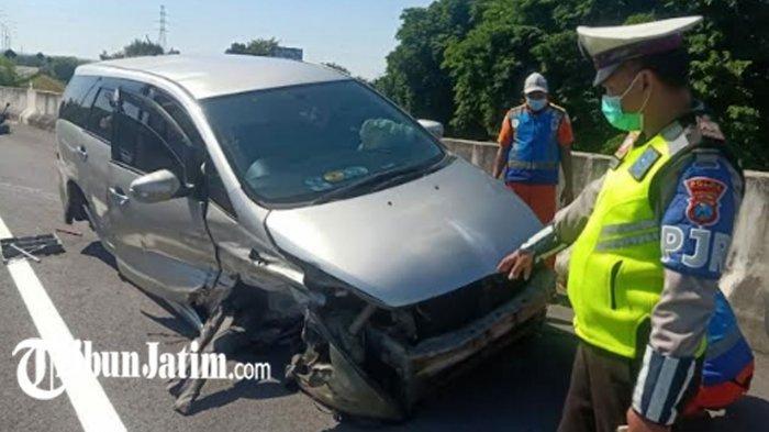 Mobil Ringsek Tabrak Pembatas Jalan di Exit Tol Penompo, Gegara Ambil Handphone di Atas Dashboard