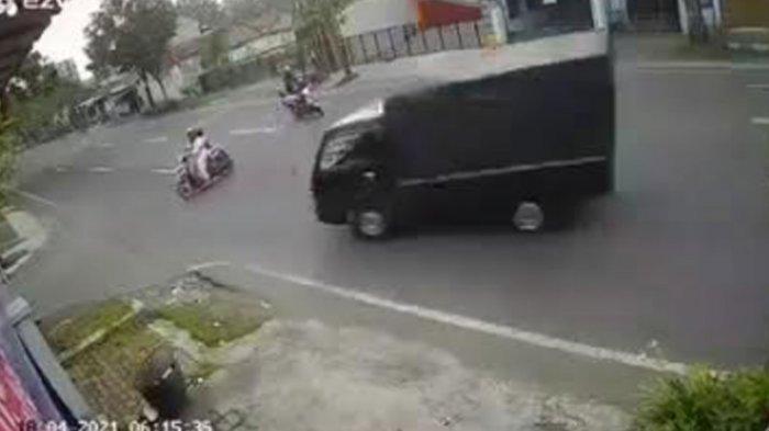 Viral Video Ibu Bonceng Anak Kecil Tertabrak Pikap di Tulungagung, Sopir Pikap Masih Berstatus Saksi