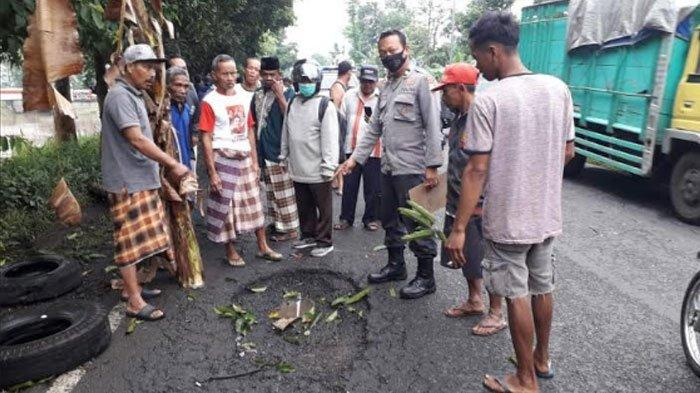 Petaka Jalan Berlubang: Bapak, Anak, dan Cucunya Tewas Kecelakaan di Jalan Raya Jember-Lumajang