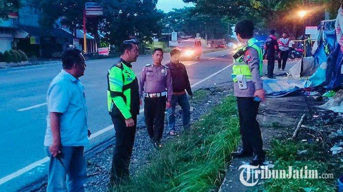 Sopir Diduga Ngantuk Berat, Mobil Seruduk 6 Karyawan AMDK Pasuruan yang Sedang Demo di Depan Kantor