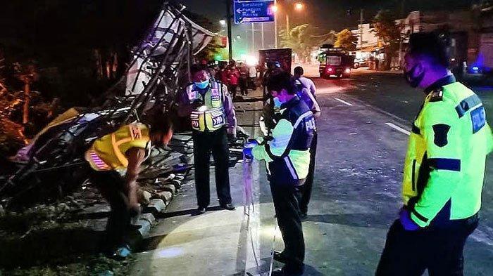 Truk Seruduk Pikap Lalu Tabrak Tiang CCTV dan Pos Kamling di Pasuruan, 2 Tewas, ini Kronologinya