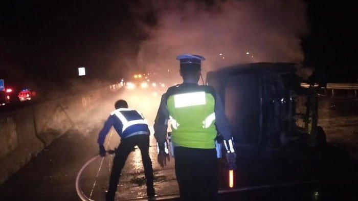 Kronologi Kecelakaan Pikap Ditabrak 2 Mobil hingga Terbakar di Tol Kertosono, Dipicu dari Ban Pecah