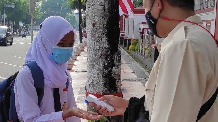 Hari Pertama Pembelajaran Tatap Muka di Blitar, Siswa Dicek Suhu Tubuh Sebelum Masuk Areal Sekolah