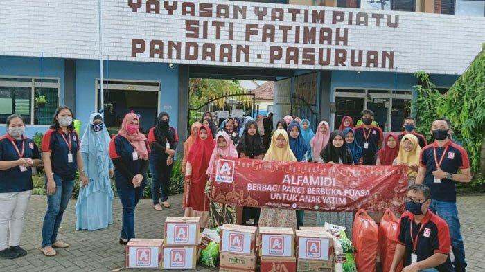 Alfamidi Jawa Timur Bagikan 500 Makanan Siap Santap untuk Masyarakat Berbuka Puasa