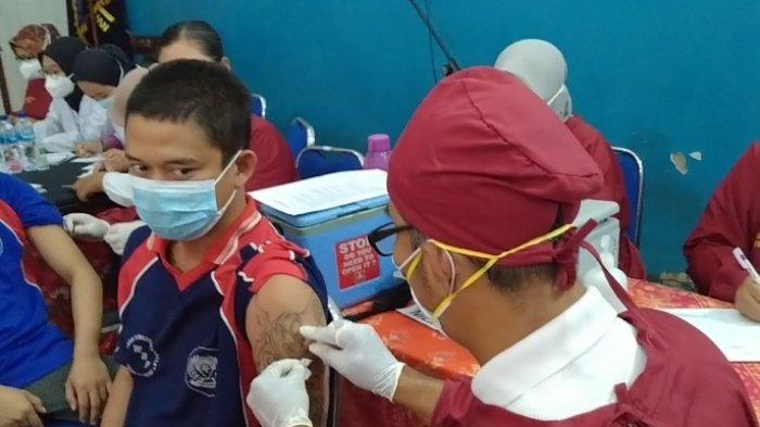 Pria-pria Bertato Sangar Mengikuti Vaksinasi Covid-19 di Lapas Kediri