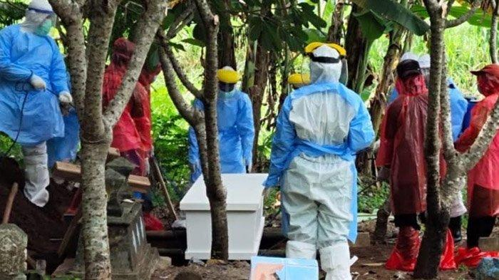 APD Habis, Relawan Kampung Tangguh Nganjuk Nekat Pakai Plastik Bantu Pemakaman Jenazah Covid-19