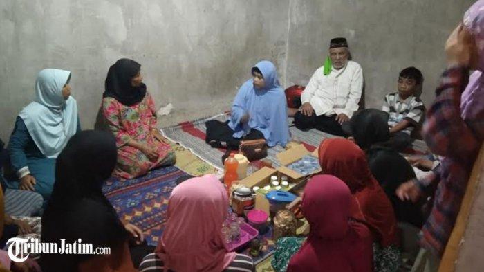Harap 'Keajaiban Allah', Keluarga Tunggu Kabar Dimas Korban Terseret Ombak Pantai Batu Bengkung