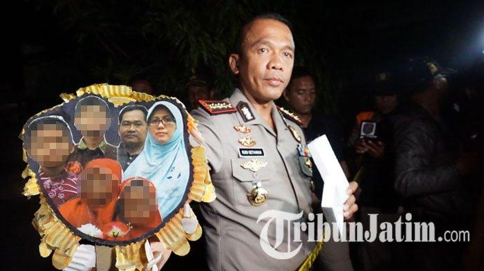 Kapolrestabes Surabaya Kombes Pol Rudi Setiawan memegang foto keluarga Dita Supriyanto, pelaku pengeboman tiga gereja di Surabaya, Minggu (13/5/2018).