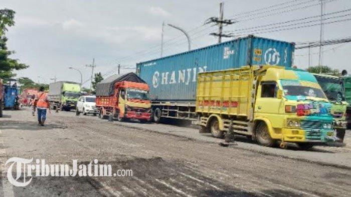Kemacetan terjadi di jalan raya Tuban-Widang, tepatnya di Desa Gesing, Kecamatan Semanding, Kamis (21/1/2021), akibat adanya perbaikan jalan