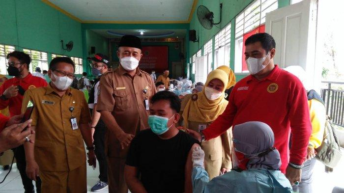 Presiden Joko Widodo Pantau Vaksinasi Covid-19 yang Digelar BIN di Gresik