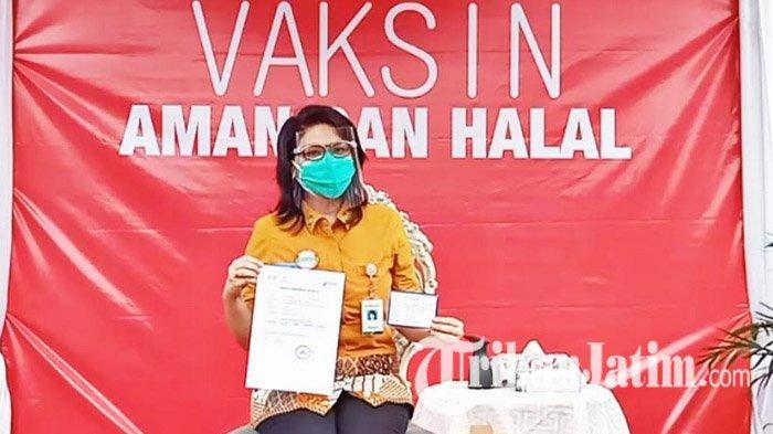 Kepala BPJS Kesehatan Surabaya, Betsy Magdalena Orlica ikuti vaksinasi Covid-19 gelombanng pertama di Surabaya, Jumat (15/1/2021).