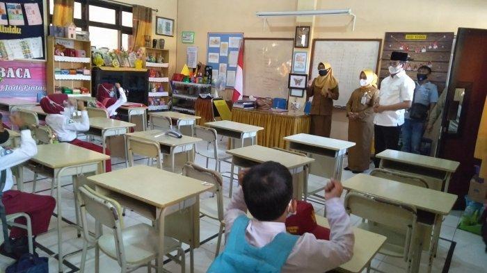 Hari Pertama Sekolah Tatap Muka, Siswa SD di Hadapan Bupati Bangkalan Kompak Menjawab Senang