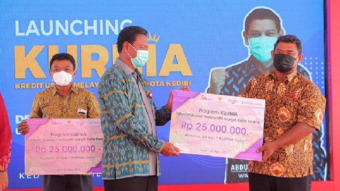 JALIN SINERGI - Kepala OJK Kediri Bambang Supriyanto (Kiri) bersama TPAKD Kota Kediri menggandeng Perumda BPR Kota Kediri dan Dinas Koperasi dan UMKM Luncurkan Program Kredit Murah KURNIA.