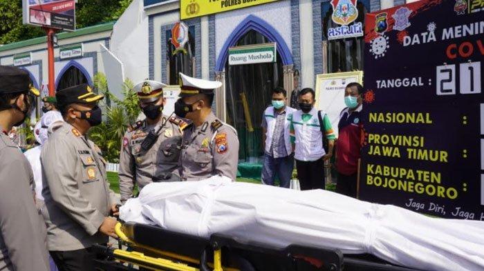 Polisi BojonegoroAjak Pocong Sosialisasikan Prokes Pencegahan Covid-19
