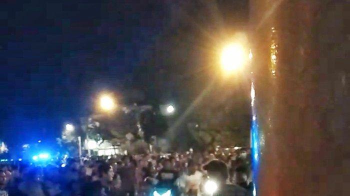Keributan Gerombolan Pemuda di Alun-alun Kota Mojokerto, Hajar Pengendara Motor, Warga Histeris