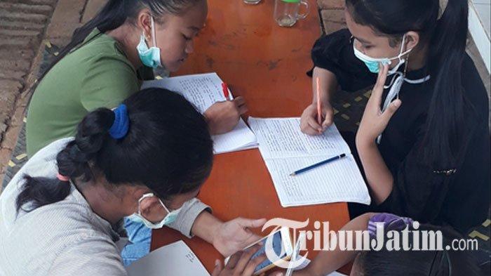 Potret Perjuangan Siswa SMP di Malang Demi Kerjakan Tugas Online, Pergi ke Warkop Manfaatkan Wifi