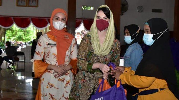 Kampanye Gerakan Makan Ikan di Trenggalek, Arumi Bachsin Bagikan 200 Paket Penunjang Gizi Anak