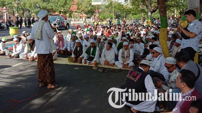 Gerakan Umat Islam Pamekasan Gelar Aksi Solidaritas dan Doa Bersama di Depan Gedung DPRD