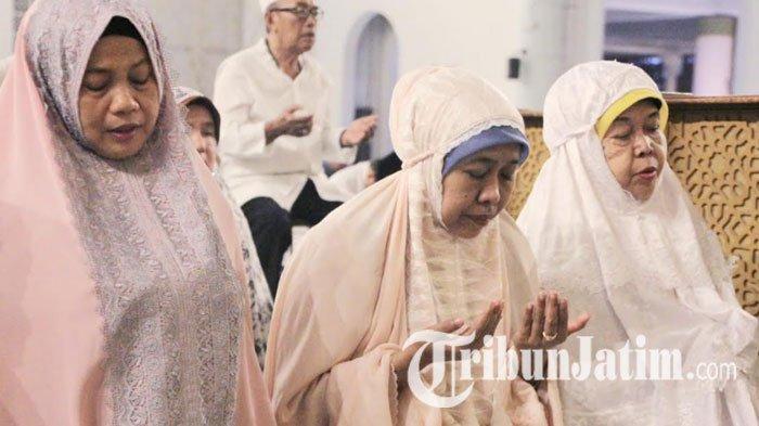 Khofifah Indar Parawansa dan Warga Jawa Timur Gelar Salat Ghaib untul BJ Habibie di Masjid Al Akbar